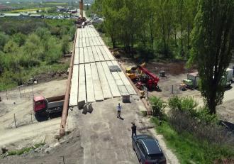 Birocraţia omoară România: Construcţia unui pod, blocată de trei plopi