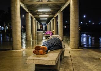 Un bărbat fără adăpost vrea să convingă autorităţile că este un tată bun. Se luptă pentru o nouă şansă la viaţă