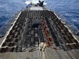 FOTO. Mii de arme confiscate de Marina SUA au acoperit complet puntea unei nave de 173 de metri