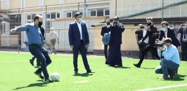 """Florin Cîțu, jonglerii cu mingea de fotbal cu elevii de la Liceul Teologic Ortodox """"Nicolae Steinhardt"""" din Satu Mare"""