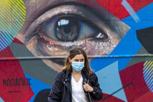"""Motivul pentru care unii oameni vor să poarte mască și după ce s-au imunizat: """"E ca o mantie de invizibilitate"""""""