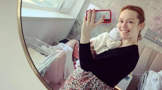 Olimpia Melinte, cu bebelușul în brațe și abdomenul la vedere la trei săptămâni de când a născut