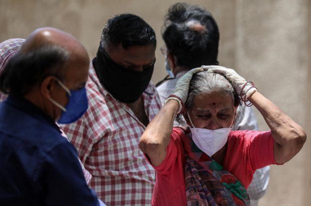 O altă față a crizei COVID din India: în zonele rurale, oamenii luptă singuri cu virusul, fără medici și spitale