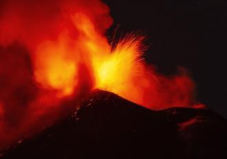 Erupție spectaculoasă a vulcanului Etna. Lava a fost aruncată la zeci de metri înălțime