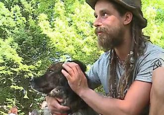 40.000 de lei a adunat austriacul care a mers de la Viena la Reghin, pe jos, pentru a strânge donaţii pentru câinii fără stăpân din România