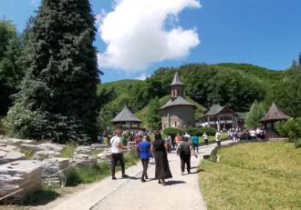 """Coadă de 3 km la Mănăstirea Prislop, unde e mormântul lui Arsenie Boca. Vânzătorii, cei mai fericiți: """"Ce este cu părintele se cumpără"""""""