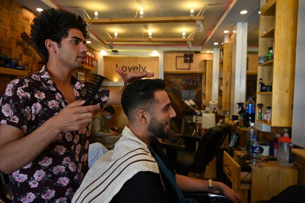 """Talibanii au interzis frizerilor să mai radă sau să tundă bărbile afganilor: """"Nimeni nu are dreptul să se plângă"""""""