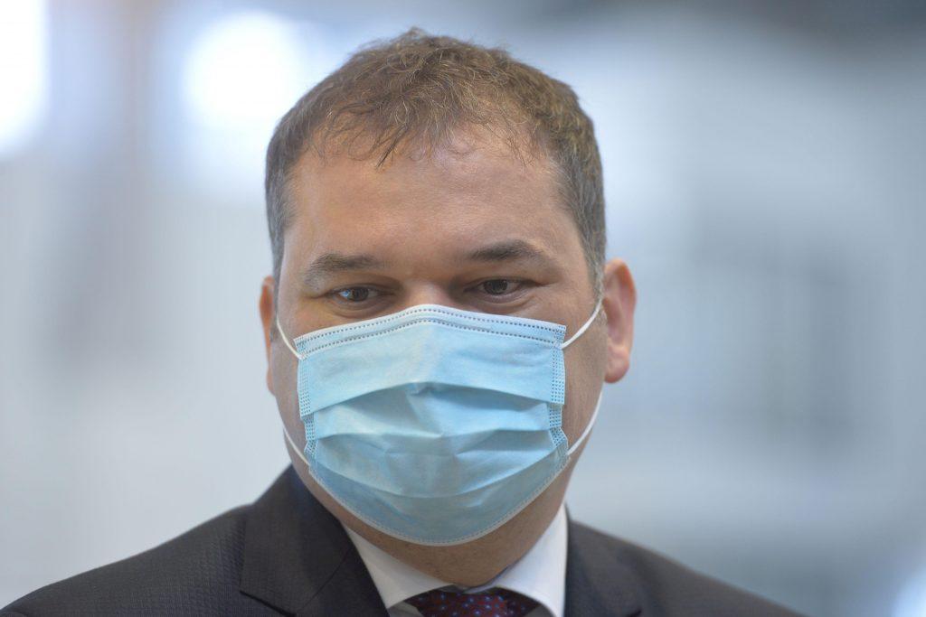 Ministrul Cseke Attila consideră necesară introducerea certificatului Covid pentru personalul medical: Poate avea loc şi încetarea contractului de muncă